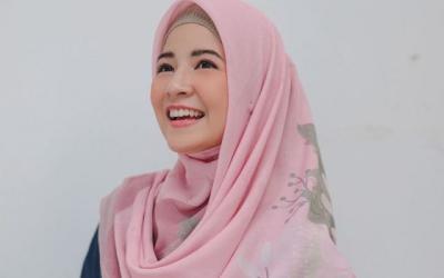 Kasual dan Stylish, Intip 5 OOTD Hijab ala Natasha Rizky