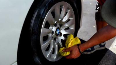 Wajib Tahu, Ini 3 Efek Buruk jika Ban Mobil Sering Disemir