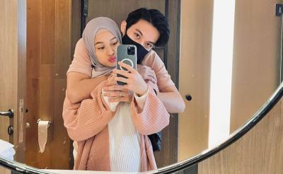 Gemasnya Rey Mbayang dan Dinda Hauw Pelukan Pakai Baju Couple