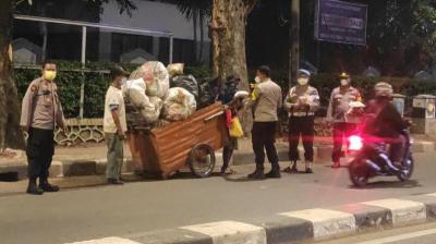 Polisi Patroli Skala Besar di Jaksel Sambil Bagikan Sembako ke PMKS