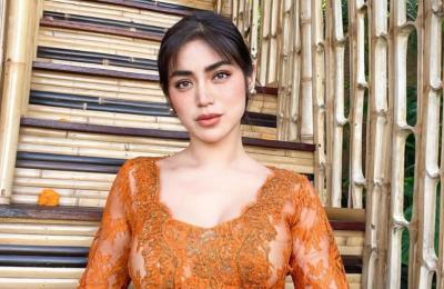 Usai Buka Kancing Baju, Jessica Iskandar Umbar Belahan Dada Pakai Kebaya