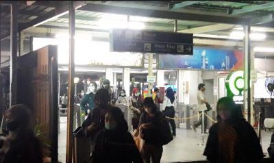 Perpanjangan PPKM, Penumpang KRL Tak Bawa STRP Tertahan di Luar Stasiun Bekasi