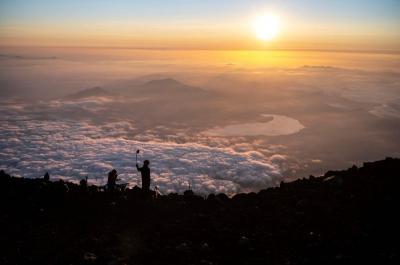 Gunung Fuji Menghipnotis Para Pendaki dengan Sunrise Spektakuler di Atas Awan