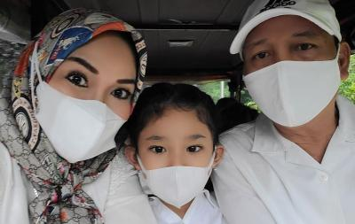 Ibu Ayu Ting Ting Datangi Rumah Penghina Cucunya Sekalian Bawa Polisi