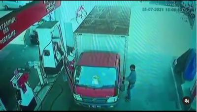 Terekam CCTV, Maling Gasak Uang Puluhan Juta dari Truk yang Tengah Mengisi Bahan Bakar