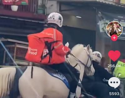 Bukan Motor, Abang Ojol Ini Antar Pesanan Makanan Naik Kuda