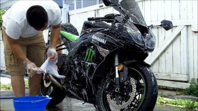 Cegah Kerusakan, Hindari 5 Hal Ini saat Mencuci Motor