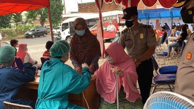 Peringati 30 Tahun Batalyon Bhara Daksa, Polri Peduli Gelar Vaksinasi dan Bansos di Johar Baru