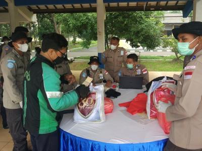 Ojol Serbu Pusdiklantas Polri di Serpong Utara Tangsel, Pulang-Pulang Panggul Sembako