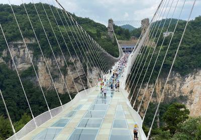 Rasakan Sensasi Bungee Jumping Tertinggi di Dunia, Melompat dari Jembatan Kaca