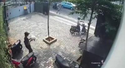 Dua Pria Gasak Helm di Cipete Jaksel Terekam CCTV