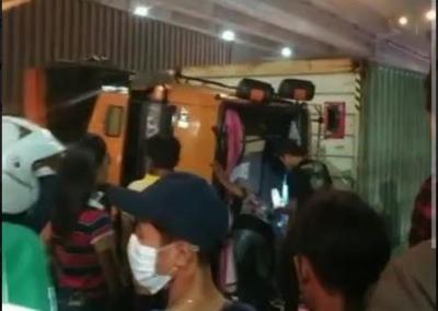 Diduga Hilang Kendali, Truk Trailer Terbalik di Jalan Cilincing