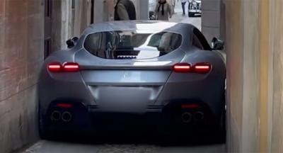 Viral Mobil Ferrari Terjebak di Gang Sempit, Kok Bisa?