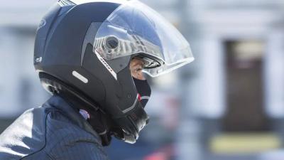 Jangan Pakai Helm Tanpa Visor saat Naik Motor, Ini 4 Bahayanya!