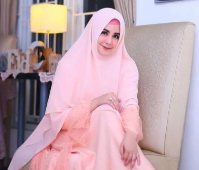 4 Inspirasi Gaya Hijab Cantik Risty Tagor, Feminin dan Colorful