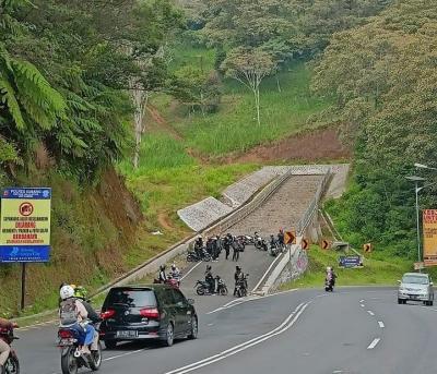 Nekat! Sekelompok Bikers Jadikan Jalur Penyelamat untuk Kopdar