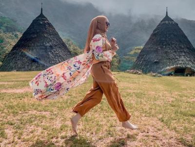 4 Inspirasi Gaya Hijab Modis dan Nyaman dari Para Artis untuk Liburan