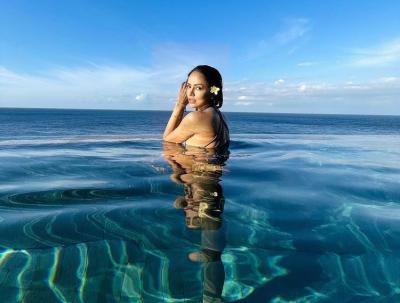 Serunya DJ Yasmin Bertemu Lumba-Lumba di Kepulauan Derawan