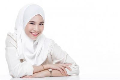 5 Tips Jitu Pakai Hijab Putih Tanpa Takut Wajah Terlihat Kusam