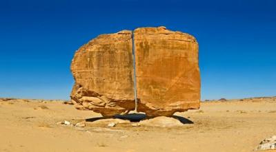 Aneh bin Ajaib, Batu Unik Berusia 4.000 Tahun Terbelah Sempurna di Tengahnya