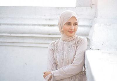4 Gaya Hijab Cantik Rara Nawangsih, Ibunda Amanda Manopo di Sinetron Ikatan Cinta