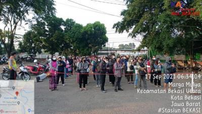 Ratusan Penumpang Commuter Line Padati Stasiun Bekasi