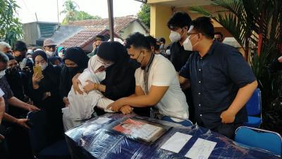 Isak Tangis Warnai Kedatangan Jenazah Pilot Rimbun Air Kapten H. Mirza di Bogor