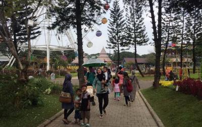 Taman Mini Masih Sepi, Pengunjung Mau Naik Mobil Keliling Jadinya Jalan Kaki
