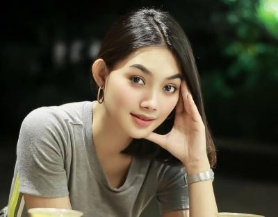 4 Pose Pramugari Sherin Oviani bak Model Papan Atas, Netizen: Pahanya Bening!
