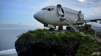 Pesawat Boeing 737 Bertengger di Tebing Pantai, Wisata Baru yang Unik di Bali