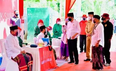 Tinjau Vaksinasi di Pondok Pesantren, Jokowi: Untuk Melindungi Santri dari Covid-19