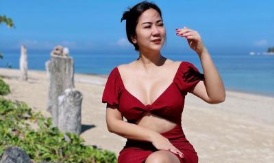Tante Ernie Pakai Rok Pendek Bolong Merah Menggoda, Netizen: Tan Gemesin Banget