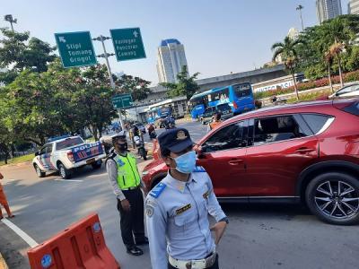 Ganjil Genap Akhir Pekan di Jakarta, Petugas Alihkan Sejumlah Kendaraan Mobil