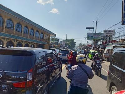 Lalin Jalur Puncak Bogor Ramai Lancar, Hanya Tersendat di Titik Ini