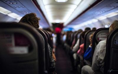 Pramugari Berang Lihat Wanita Terlalu Seksi di Pesawat, Akhirnya Dipaksa Turun