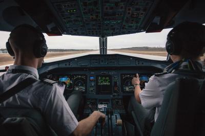 Kalau Pilot Tak Datang karena Ketiduran, Apakah Penerbangan Dibatalkan?