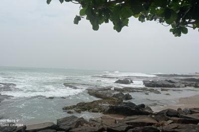 Dear Wisatawan, Jangan Berenang Dulu di Pantai Selatan, Ombak Lagi Ngamuk
