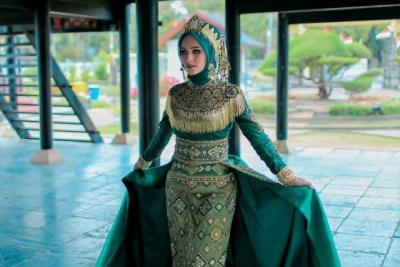 4 Gaya Hijab Busana Adat Tiphaine Poulon, Model Cantik Mualaf Asal Prancis