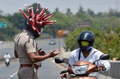 Aneh, Polisi Tilang Pengemudi Mobil yang Tak Pakai Helm Rp193 Ribu