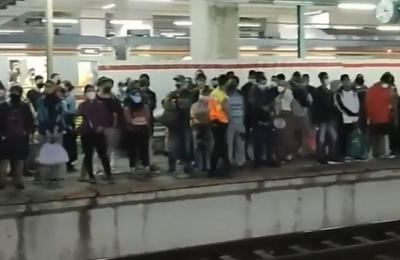 Ada Pengecekan Rangkaian, Penumpang KRL di Stasiun Manggarai Padat