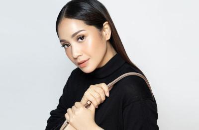 Nagita Slavina Pakai Tas Dior Rp39 Juta Jadi Bantal, Netizen: Tasnya Gak Ada Harga Dirinya