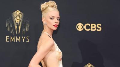 Tampil Pakai Gaun Emas, Anya Taylor-Joy Paling Memukau di Emmys 2021