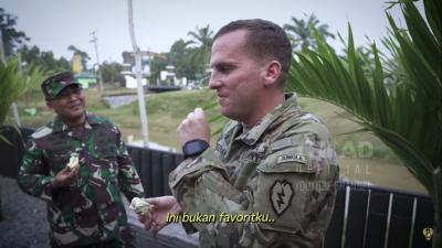 Kala Tentara Amerika Makan Durian, Ada yang Menahan Muntah