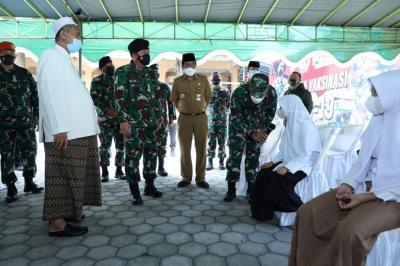 Tinjau Vaksinasi Covid-19 di Ponpes Magelang, Panglima TNI Ingatkan Disiplin Prokes