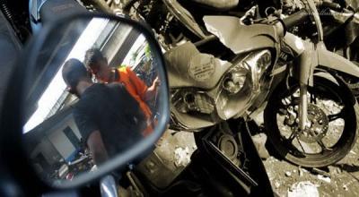 Kepergok Nyolong Motor Emak-emak, Bandit Jalanan Bonyok Dipukuli Warga
