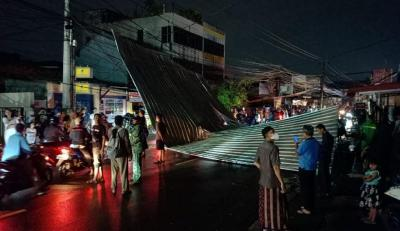 Hujan Badai di Depok, Atap Rumah Warga Terbang ke Jalanan