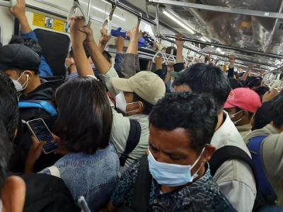 Penampakan Situasi di KRL saat Stuck Akibat Gangguan Perjalanan