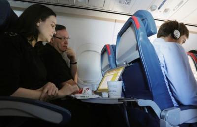 Siapa Sih yang Berhak atas Sandaran Tangan di Kursi Tengah Pesawat?