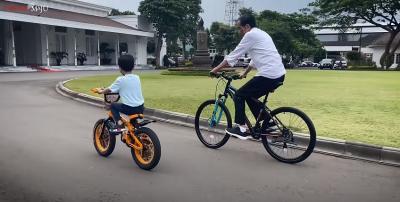 Keseruan Presiden Jokowi Sepedaan Bareng Jan Ethes, Gemas Maksimal!