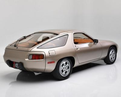 Mobil Porsche 928 Tom Cruise dalam Film 'Risky Business' Terjual Rp28 Miliar